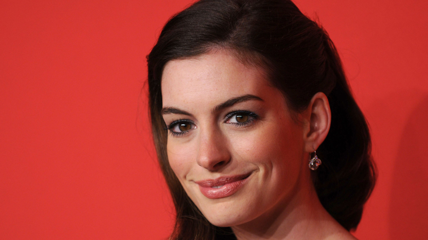 Anne Hathaway metallic eye makeup