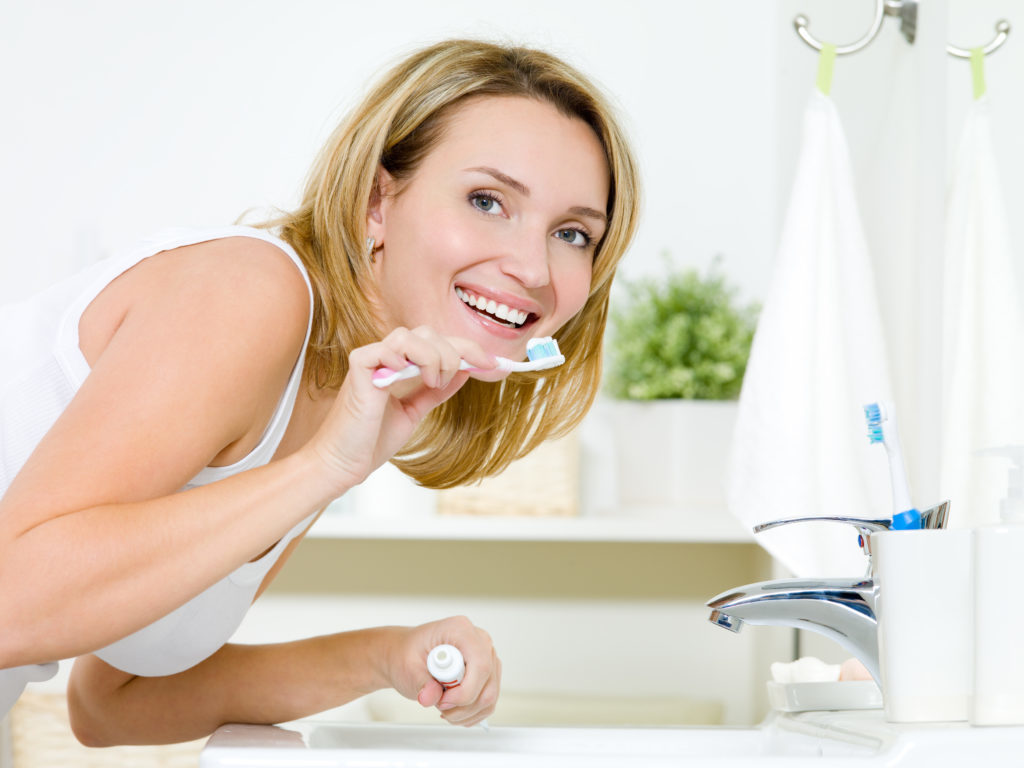 Young woman cleaning teeth