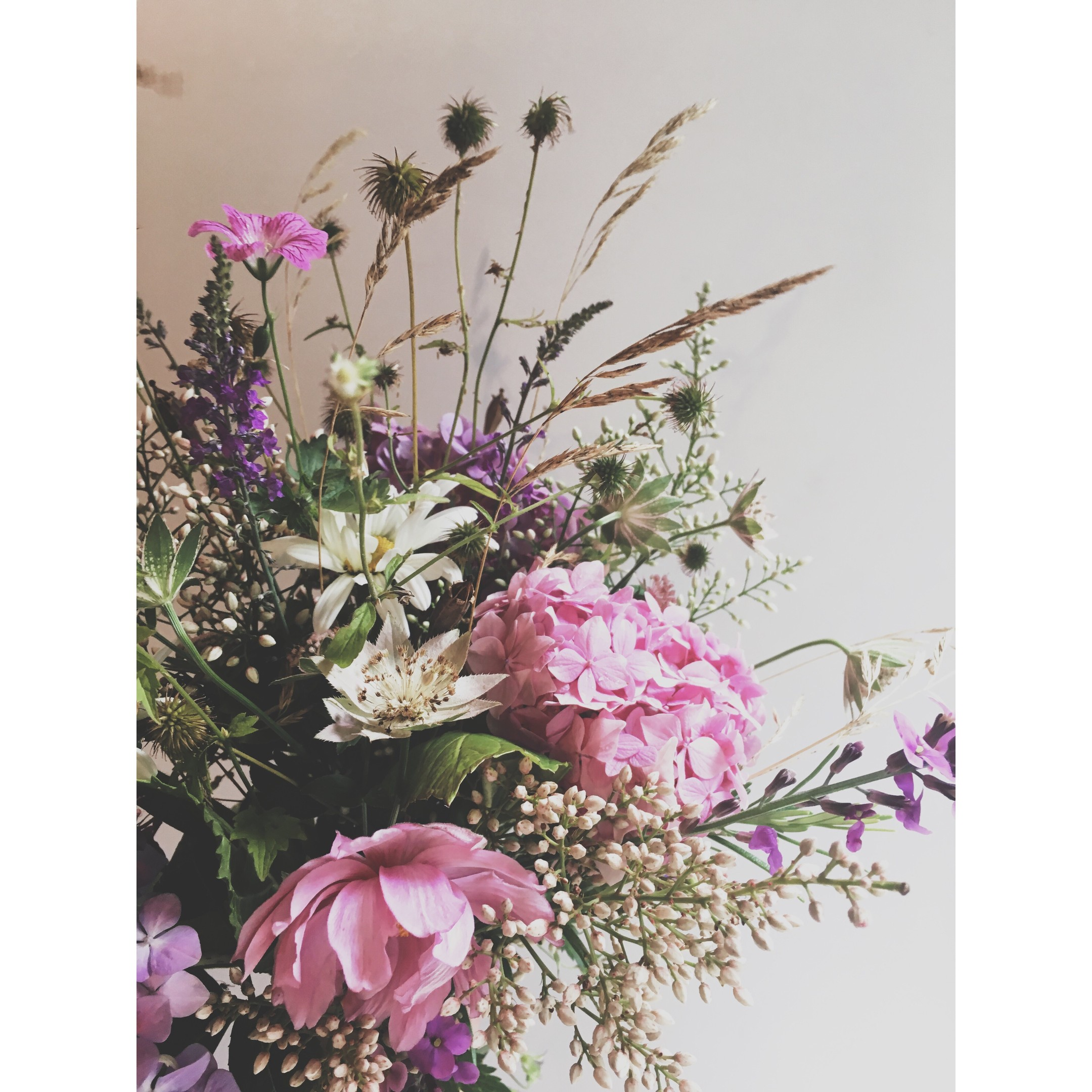 5 insider tips on flower arranging my weekly flowers with big blousy round heads such as hydrangeas peonies or roses are great contrasted with some softer smaller flowers like astrantia or scabious izmirmasajfo